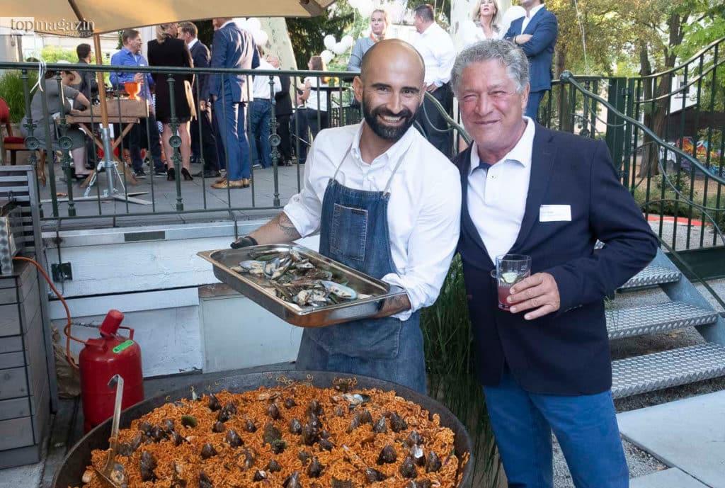 Peyman Far (Landwehrstübchen) präsentiert Bruno Röst (Pa Gi Palettenhandel) seine Pasta mit Meeresfrüchten