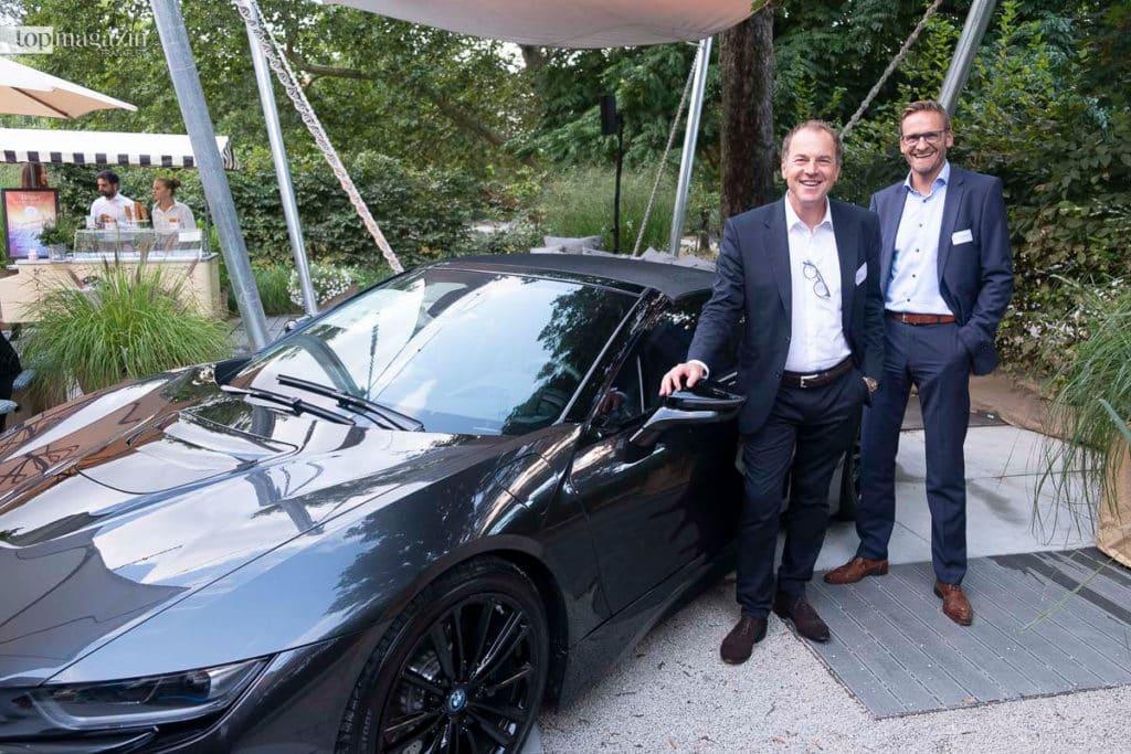 Uwe Holzer und Markus Feddersen (BMW Frankfurt) neben dem neuen BMW i8 Roadster.