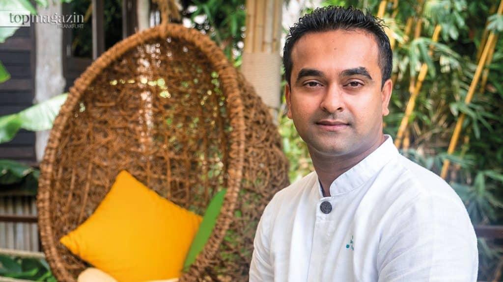 Dr. Aneesh Vadakkeveedu ist ayurvedischer Arzt in vierter Generation, Reiki Master und Yoga Lehrer