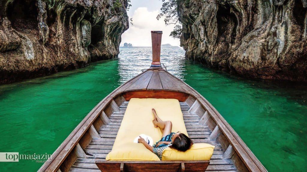 Mit einem Longtail-Boot lässt sich die spektakuläre Inselwelt der Phang Nga Bucht abseits der großen Touristenmassen am besten erkunden
