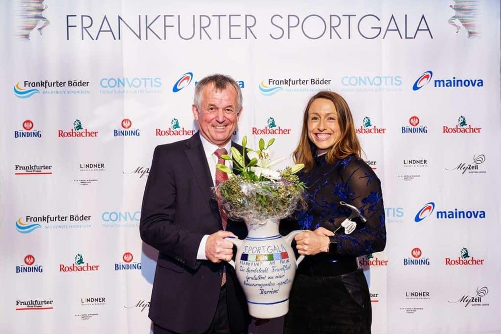 Hammerwerferin Kathrin Klaas erhielt die Ehrung für eine herausragende Karriere von Polizeipräsident Gerhard Bereswill (Foto Raman)