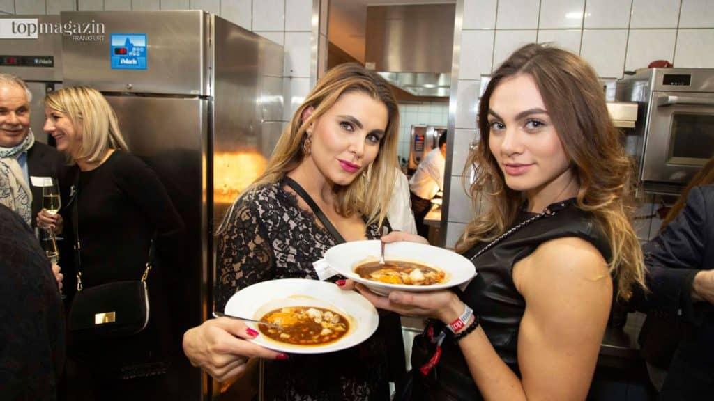 Olga und Susanne Seel lassen sich die Bretonische Fischsuppe schmecken