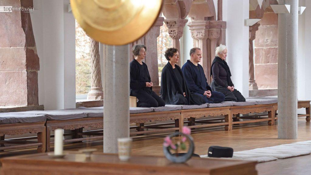 Die Stille im Raum, aber auch im eigenen Kopf, zu schaffen, ist auch eines der zentralen Ziele im Zen-Kloster