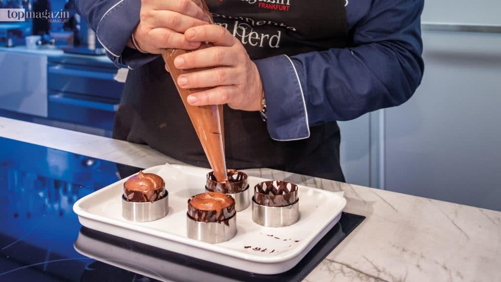 Johann Lafer befüllt die Schokoladenhüllen