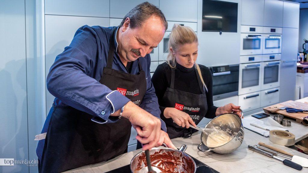 Johann Lafer und Johanna Müdicken bereiten den Schokoladenschaum vor
