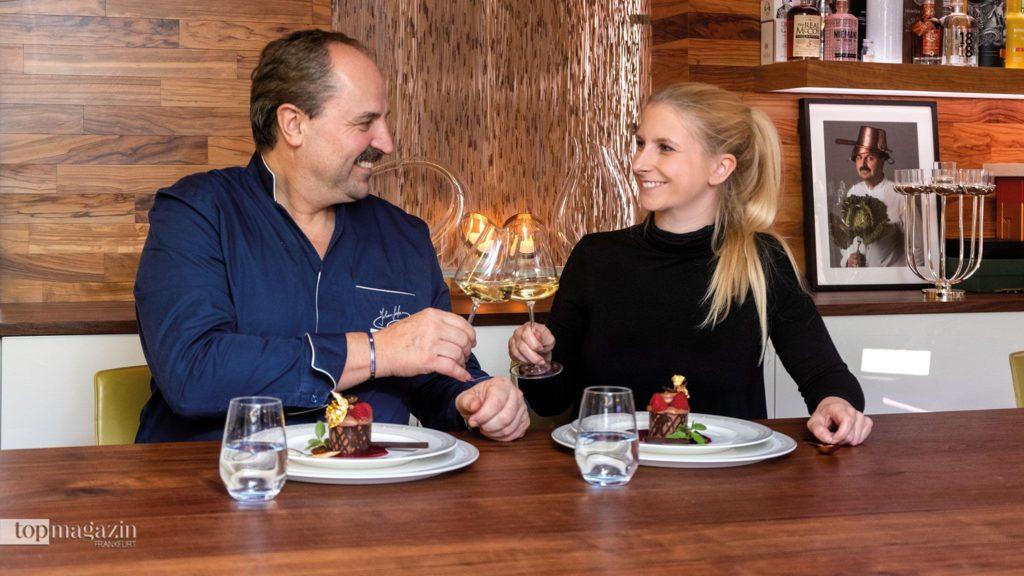 Johann Lafer und Top Magazin-Redakteurin Johanna Müdicken stoßen auf das gelungene Dessert an