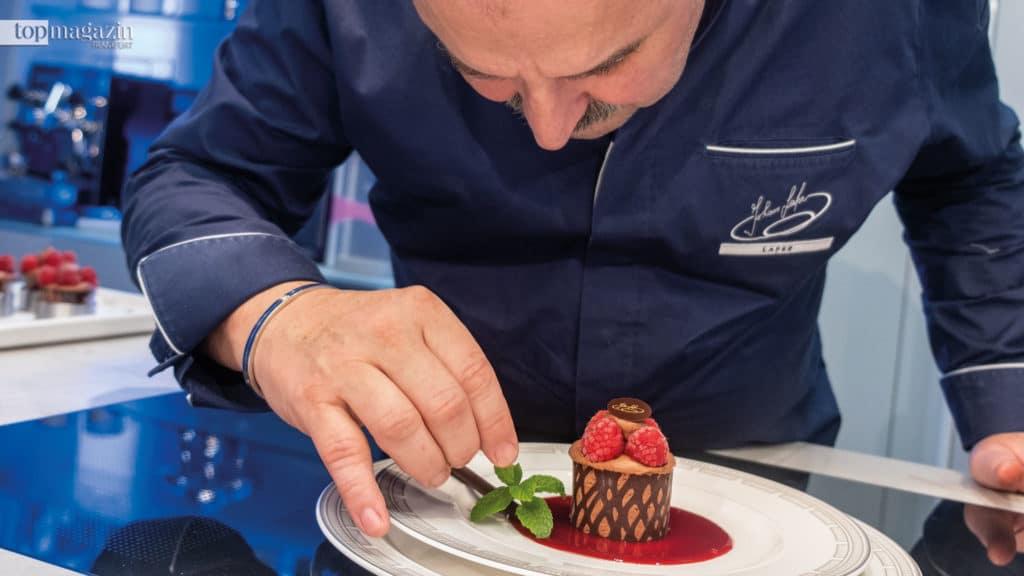 Mit viel Liebe zum Detail verziert Johann Lafer das Dessert