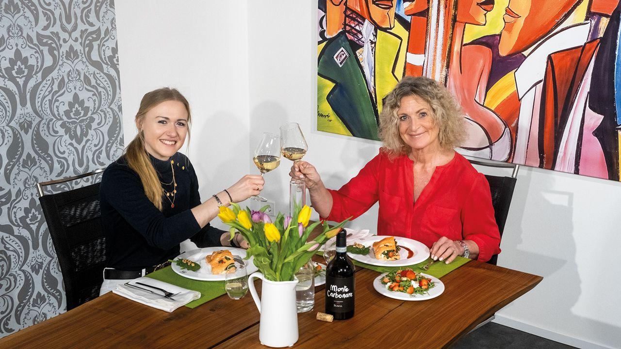 Guten Appetit - Susanne Fröhlich und Top Magazin-Redakteurin Chantal Buschung stoßen mit einem Glas Monte Carbonare auf ein gelungenes Menü an.