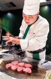 Auf die anspruchsvolle japanische Kochausbildung folgt eine etwa einjährige Teppanyaki-Spezialisierung