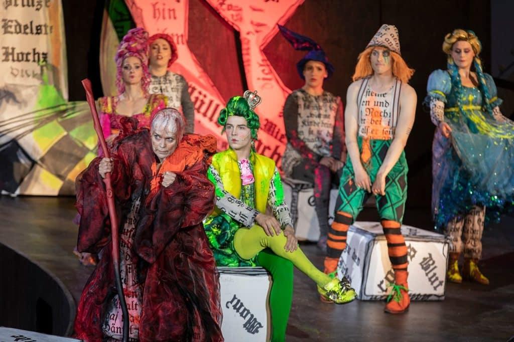 Brüder Grimm Festspiele in Hanau Hexe Tredecima beklagt den Untergang der Märchenwelt.